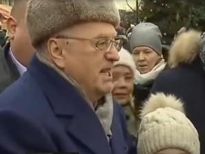 В воскресенье политик вручал прохожим тысячерублевые купюры и чебуреки.