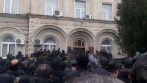 Митингующие ворвались в администрацию президента Абхазии Рауля Хаджимбы и требуют его отставки.