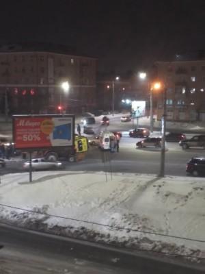 Машина скорой помощи перевернулась на дороге в результате другой аварии.