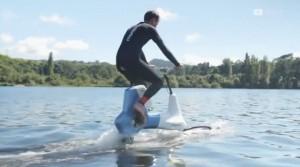 Они предложили кататься по волнам на велосипеде, оснащённом подводными крыльями.Они предложили кататься по волнам на велосипеде, оснащённом подводными крыльями.