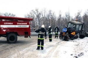 Под Новокуйбышевском пожарные вытащили из сугроба трактор дорожной службы