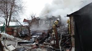 Крупный пожар в Самаре тушили 76 человек Горел частный дом и надворные постройки.