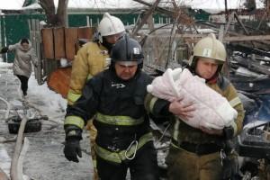 В целях безопасности пожарными были эвакуированы жители соседних домов в количестве 23 человек, 7 из которых дети.
