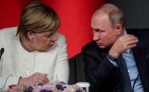 Путин поприветствовал Меркель и поблагодарил канцлера за принятие приглашения.