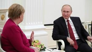 По словам российского лидера, в ходе встречи поднималось несколько тем, в том числе реализация газопровода «Северный поток – 2», ливийская проблематика и ситуация в Сирии, а также иранская ядерная сделка.
