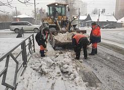 В связи с возобновлением снежных осадков все коммунальные службы города нацелены на выход максимально необходимого количества спецмашин и рабочих.