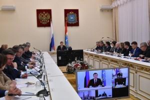 Открывая совещание, руководитель области поздравил всех с Днем Самарской губернии и пожелал родной земле и всем жителям области процветания и успехов.