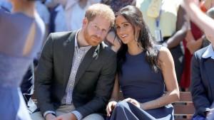 Королева полностью поддержала решение принца и принцессы жить более независимо, но попросила их дать определенное время на решение текущих вопросов.