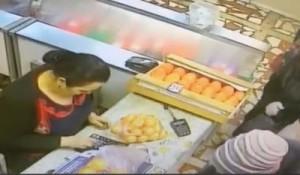 Самарские полицейские задержали подозреваемую в карманной краже в магазине