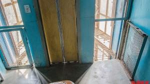 Жители многоэтажки в Новокуйбышевске уже три месяца страдают без лифта