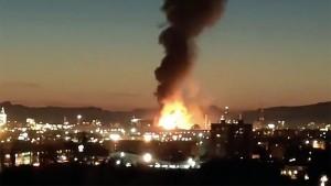 Людям, проживающим недалеко от места взрыва, посоветовали закрыть окна и не выходить из дома.
