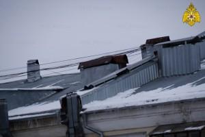 Теплая зима способствует образованию сосулек и сходу снега с крыш зданий.