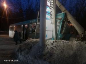 В Тольятти автобус с пассажирами протаранил столб: есть пострадавшие