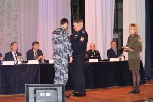 В Самаре наградили офицера ОМОН Росгвардии, спасшего тонувших людей
