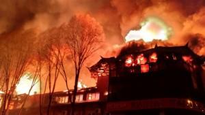 Порядка десяти пожарных расчетов борются с огнем.