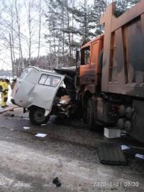 В результате удара корпус отечественного автомобиля сильно смяло, обломки разлетелись по дороге.