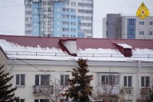 При сходе наледи с крыши жилого многоквартирного дома по ул. Авроры, 175 пострадала девочка-подросток.