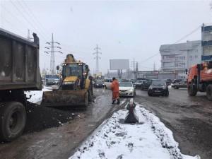 На ямы на Заводском шоссе массово начали жаловаться автолюбители.