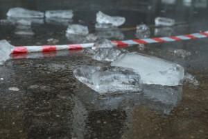 В Самаре с крыши упал лед на девочку-подростка