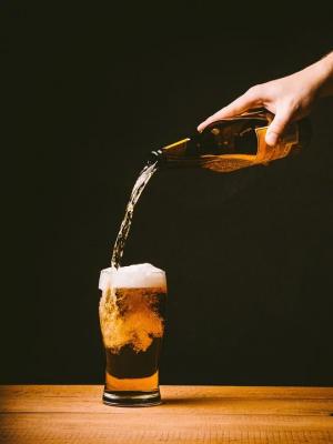 Стоимость кружки пива на стадионах составит 300 рублей С момента запрета на рекламу пива производители этого напитка почти полностью отказались от спонсорства в спорте.