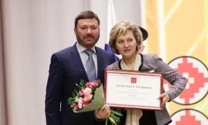 Он вручил поощрения полномочного представителя Президента России в ПФО Игоря Комарова жителям Мордовии, внесшим наибольший вклад в развитие региона.