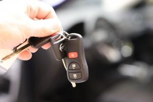 Глава Чувашии Михаил Игнатьев подшутил над сотрудником МЧС, вынудив его подпрыгнуть за высоко поднятыми ключами от новых служебных машин.