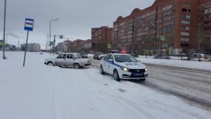 Сотрудники Госавтоинспекции Тольятти оказали помощь молодому водителю, попавшему в снежную западню Ранее никто не остановился, все проезжали мимо.