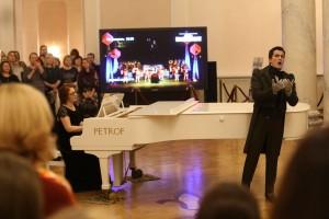 В Татьянин день в Самарском театре оперы и балета именинницам вручили розы Для них прозвучала песня.