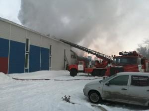 В Тольятти тушили крупный и сложный пожар в ангаре
