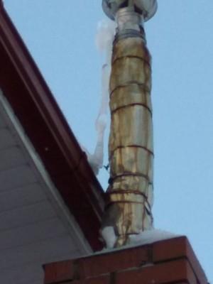 Собственники зданий должны уделять пристальное внимание контролю состояния оголовков дымоходов.