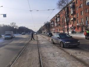 В Самаре машина врезалась в снежный вал, пострадала женщина-пешеход Она была госпитализирована с травмой руки.
