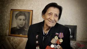Ушла на фронт добровольцем, 17-летней девочкой окончила военно-медицинские курсы и стала санинструктором.