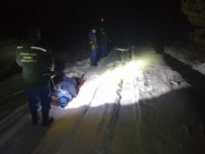 Проезжая на своём автомобиле через лесную полосу, автомобиль мужчины забуксовал в снегу. Пытаясь выбраться из колеи, мужчина повредил ногу.