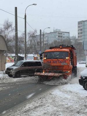 Это связано с тем, что наибольший объем по вывозу снега и расчистке улиц выполняется именно ночью.