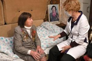 Кроме того, доктора работают с родственниками пациентов, просят их сообщать об изменениях самочувствия или ухудшениях состояния здоровья оперативно.