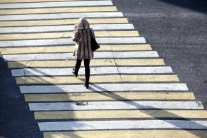 Очень многие пешеходы не торопясь переходят дорогу, не обращая внимания на колонну ждущих машин.