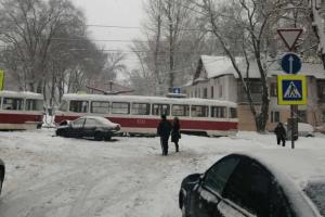 В Самаре водитель легковушки протаранил трамвай