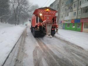 Кроме расчистки и вывоза снега на полигоны, вносятся противогололедные материалы – «Бионорд».