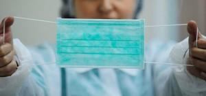 Любые маски, будь то самодельные ватно-марлевые или купленные в аптеке, действуют не более двух часов и полностью не защищают от вирусов, но они все равно помогают.