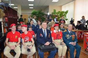 Герой Советского Союза Владимир Чудайкин принес фотографии сослуживцев, чтобы оцифровать и добавить в мультимедийный музей.
