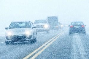 На дорогах снежный накат.