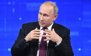 «Думаю, что очень трудно», — сказал Путин, после чего его собеседница предположила, что зарплата главы государства больше этой суммы.
