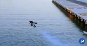 И он летает с реактивным ранцем, будто так и надо.