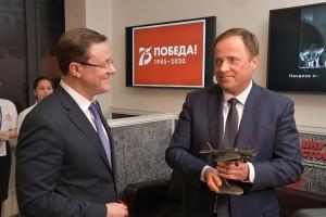 В завершении встречи Игорь Комаров поставил свою подпись за присвоения Самаре статуса «Город трудовой доблести».