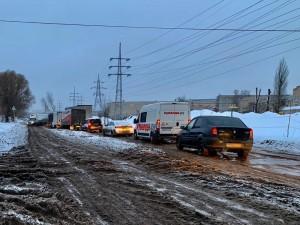 По словам руководителей предприятий, расположенных на Заводском шоссе, путь к месту работы значительно затруднен из-за ремонта магистрали.