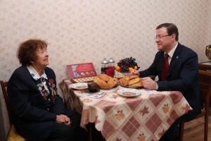 Дмитрий Азаров вручил юбилейную медаль 75-летия Победы узнице концлагеря Людмиле Ковалевой