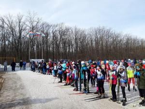 В первый день соревнований на дистанцию выходят юные лыжники в возрасте от 10 до 18 лет.