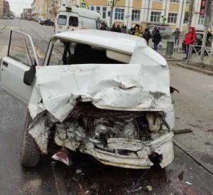 В Центре Самары столкнулись три машины, одну отбросило в дом Детали ДТП уточняются.