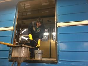 В Самаре моют вагоны метро