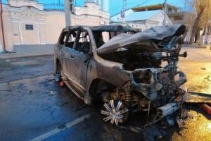 В результате наезда на бордюр и опору троллейбусных линий авто воспламенилось.